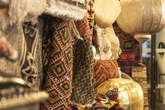 CHELSEA MARKNAD, NEW YORK CITY, USA - 16 MAJ 2018: Den exotiska textilen shoppar i Chelsea Market royaltyfria foton