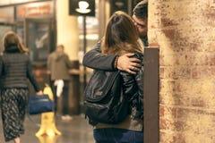 CHELSEA MARKNAD, NEW YORK CITY, USA - 14 MAJ 2018: Förälskat anseende för härliga unga par och kyssa i Chelsea Market arkivfoto