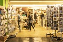 CHELSEA MARKNAD, NEW YORK CITY, USA - 14 MAJ 2018: Kunder och besökare i Chelsea Market arkivfoto