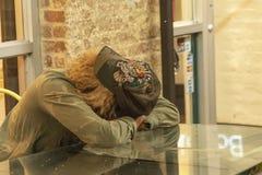 CHELSEA MARKNAD, NEW YORK CITY, USA - 14 MAJ 2018: Uttråkad kvinna som väntar någon i Chelsea Market royaltyfria foton