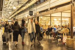 CHELSEA-MARKT, NEW YORK CITY, USA - 14. MAI 2018: Kunden und Besucher in Chelsea Market stockfotografie