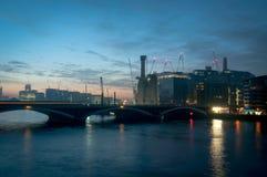 Chelsea Railway Bridge y central eléctrica de Battersea, Londres Reino Unido Imagen de archivo libre de regalías