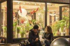 CHELSEA rynek, MIASTO NOWY JORK, usa - 14 2018 MAJ: Klienci i goście w Chelsea rynku fotografia stock