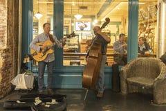 CHELSEA rynek, MIASTO NOWY JORK, usa - 14 2018 MAJ: Muzycy bawić się wiolonczelę w Chelsea i gitarę Wprowadzać na rynek obrazy stock