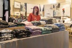 CHELSEA rynek, MIASTO NOWY JORK, usa - 14 2018 MAJ: Uśmiechnięty salewoman w Chelsea rynku zdjęcie royalty free
