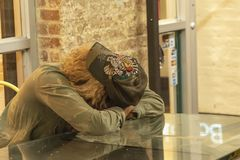 CHELSEA rynek, MIASTO NOWY JORK, usa - 14 2018 MAJ: Zanudzający kobiety czekanie someone w Chelsea rynku zdjęcia royalty free
