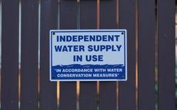 Chelsea, VIC/Αυστραλία - 1 Αυγούστου 2018: Ανεξάρτητο σύστημα σηματοδότησης παροχής νερού σε λειτουργία στοκ εικόνα