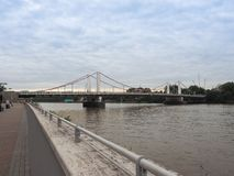 Chelsey Bridge sobre o rio Tamisa em Londres foto de stock royalty free