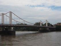 Chelsey Bridge sobre o rio Tamisa em Londres fotos de stock royalty free
