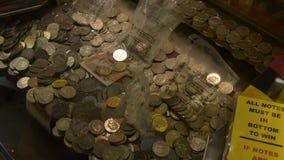 Cheltenham, Zjednoczone Królestwo Czerwiec 22, 2019 - mouving moneta w maszynerii Kostki do gry, loteria, uprawiać hazard i kasyn zdjęcie wideo