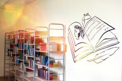 Chelyabinsk, Federa??o Russa, o 25 de mar?o de 2019, um corredor vazio em uma escola do russo, livros que encontram-se nas pratel imagens de stock royalty free