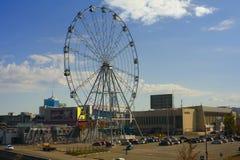 Chelyabinsk, Rússia - em setembro de 2018: Roda de Ferris perto da juventude do palácio dos esportes foto de stock