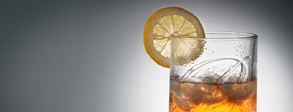 CHELYABINSK RYSSLAND - April är 10,2018 exponeringsglas av mest fin blandad skotsk whisky Ballantines Logo Delicious Scotch Whisk Royaltyfri Bild