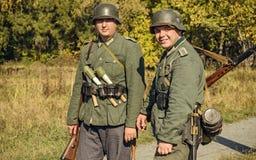 CHELYABINSK RYSSLAND - SEPTEMBER 24, 2016: Historisk reenactment av världskrig II, tysk soldat royaltyfria bilder