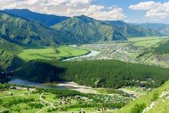 Chemal村庄看法从山骆驼的 阿尔泰共和国,俄罗斯 免版税库存照片