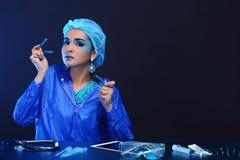 Chemia azjata lekarki kobieta z modą Uzupełniał galanteryjnego lab test Fotografia Royalty Free