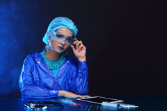 Chemia azjata lekarki kobieta z modą Uzupełniał galanteryjnego lab test Zdjęcie Royalty Free