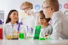 Chemia nauczyciel zaskakuje przy jej uczniami równymi wiedza Zdjęcia Royalty Free