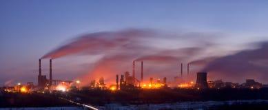chemical fabrikspanoramarök Royaltyfri Bild