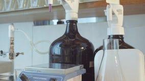chemical laboratorium Flaska med den kokande lösningen arkivfilmer