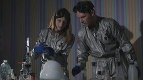 chemical laboratorium Närbild av flaskorna med kemikalieerna som står på tabellen, kokar och röker i ultrarapid arkivfilmer