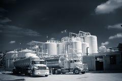 Chemical lagringsbehållare och tankfartyglastbil Fotografering för Bildbyråer