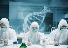 Chemici die in het laboratorium met futuristische interface werken Stock Foto's