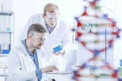 Chemici die met 3d printer werken Stock Foto