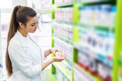 Chemicus die tabletten in haar palm bekijken royalty-vrije stock foto's