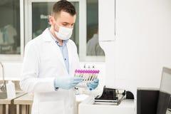 Chemicus lopende bloedonderzoeken in een laboratorium Royalty-vrije Stock Fotografie