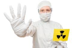 Chemicus People die een teken houden die in straling wordt geïsoleerd Royalty-vrije Stock Foto's