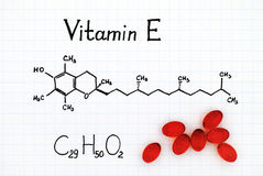 Chemiczna formuła witamina E i pigułki Fotografia Stock