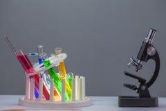 Chemiczne tubki w półka spadku niedbałym zdjęcie royalty free