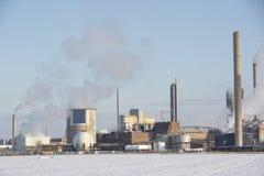 Chemicznego przemysłu budynek w zimie Obrazy Stock