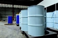Chemiczny ograniczenie 200 litrów zbiorników przechujących w chemicznym miejscu składowania w fabryka magazynie Może być jako tło fotografia royalty free