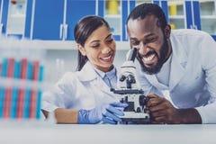 Chemiczny pomocniczy cieszy się pracować w laboratorium ogromnie zdjęcia royalty free