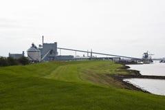 Chemiczny przemysł wzdłuż Eems dajka, Holandia zdjęcie royalty free