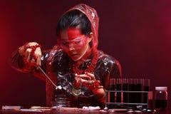 Chemie Aziatische Arts Woman met de Rode omhoog luim van Tone Fashion Make Stock Fotografie