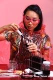 Chemie Aziatische Arts Woman met de Rode omhoog luim van Tone Fashion Make Royalty-vrije Stock Foto