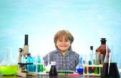 Chemie das Wissenschafts-Klassenzimmer Junior-Jahr-Chemie experiment Kind von der Grundschule Erster Schultag chemie stockbilder