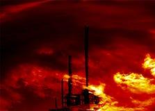 Chemiefabrik auf Feuer lizenzfreies stockbild