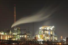 Chemiefabrik bis zum Nacht Lizenzfreie Stockfotos
