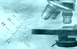Chemieformel und -mikroskop Lizenzfreies Stockfoto