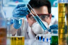 Chemieingenieur, der mit Rohrtest im Forschung laborat arbeitet lizenzfreies stockfoto