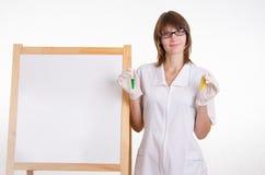 Chemielehrer erklärt das Thema der Lektion Lizenzfreie Stockfotografie