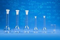 Chemiewetenschap - flessen op blauwe achtergrond Royalty-vrije Stock Foto