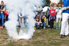 Chemii eksperyment, wybuch i dym po zapłonu mieszanka, Zdjęcie Stock