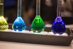 Chemii kolb błękitnej zieleni purpur chemiczny ciecz Fotografia Stock