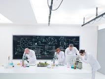 Chemii lab pracowników analiza obraz stock