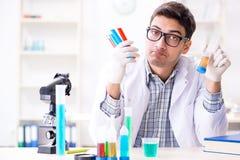Chemii studencka robi substancja chemiczna eksperymentuje przy sala lekcyjnej activi zdjęcie royalty free